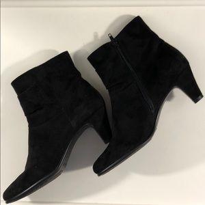 AEROSOLES Shoes - AEROSOLES Black Suede Ankle Bootie Size 7.5
